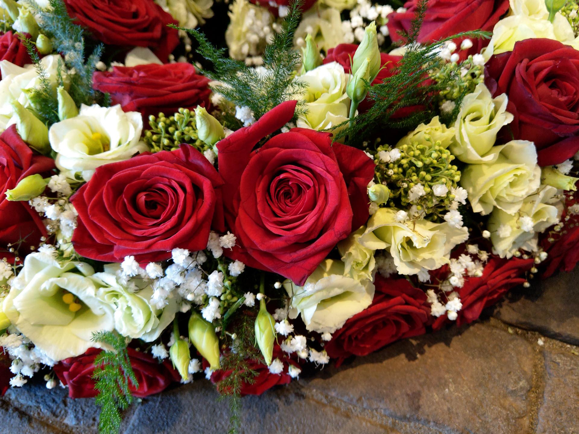 Bloemsierkunst Groeneveld rouwboeket, rouwstuk in hartvorm